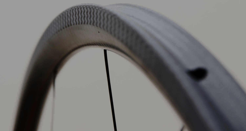 LWC WHEELSのカーボンチューブラーのリム表面